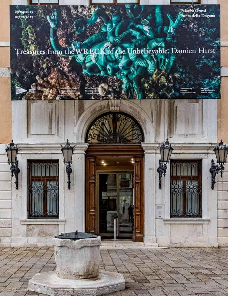 ... se poursuit au « Palazzo Grassi », le second musée d art contemporain  de la fondation Pinault à Venise, comme en témoigne la grande affiche  au-dessus de ... 9ca0608701d